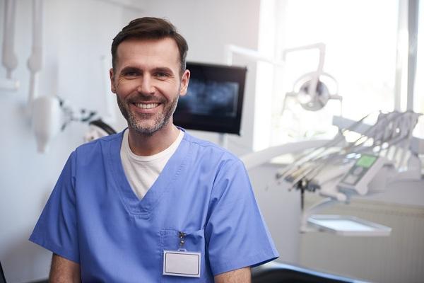 dentista nel suo ufficio